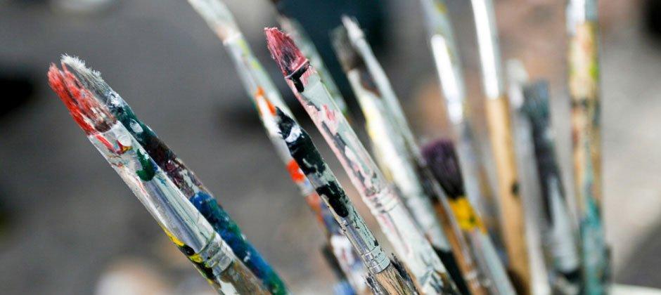 Dem Künstler über die Schulter schauen und sich selbst an der Kunst probieren.